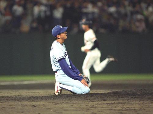 93年6月、巨人戦の9回、ヤクルト伊藤智は篠塚(後方)にサヨナラ本塁打を浴び座り込む