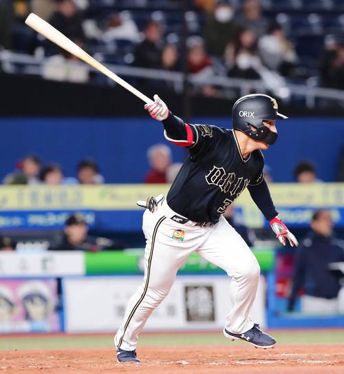 ロッテ対オリックス 3回表オリックス無死二塁、吉田正はセンターへ勝ち越しの適時二塁打を放つ(撮影・丹羽敏通)