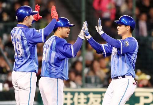 阪神対DeNA 6回表DeNA2死一、三塁、神里(右)は右越え3点本塁打を放ち三走伊藤(左)、一走宮崎(中央)とタッチして生還する(撮影・加藤哉)