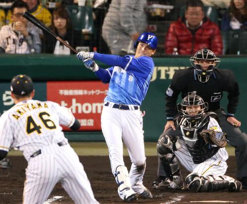 阪神対DeNA 6回表DeNA2死一、三塁、神里和毅は右中間に3点本塁打を放つ(撮影・上山淳一)
