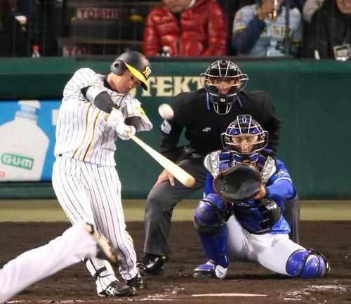 阪神対DeNA 7回裏阪神無死、代打・近本光司は右中間に本塁打を放つ(撮影・上山淳一)