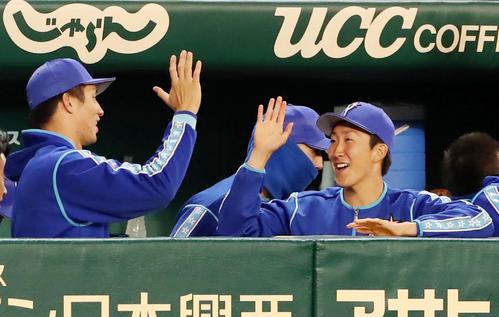 阪神対DeNA 9回裏阪神2死、糸井嘉男が二塁ゴロを放って試合終了となりプロ初勝利を挙げた大貫(右)は国吉(左)とハイタッチしながら笑顔を見せた(撮影・加藤哉)