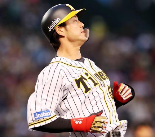 阪神対DeNA 1回裏阪神2死満塁、中谷は二塁ゴロを放ち得点できず(撮影・加藤哉)