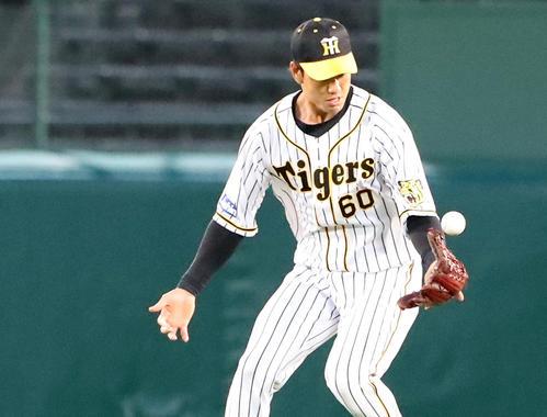 阪神対DeNA 2回表DeNA1死一塁、中谷は大和の打球をエラーする(撮影・加藤哉)
