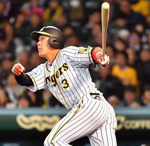 阪神対DeNA 3回裏阪神2死、左中間へソロ本塁打を放つ大山(撮影・上田博志)