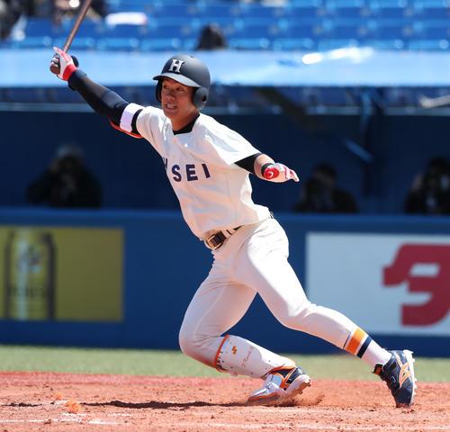 東大対法大 2回裏法大2死満塁、2点適時二塁打を放つ法大・福田(撮影者・大野祥一)