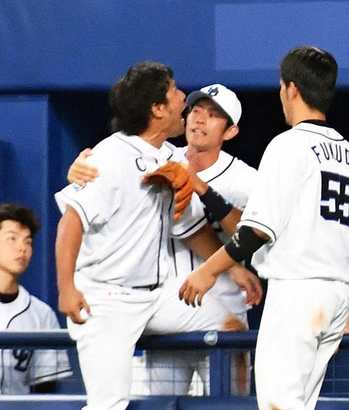 ファンからのヤジに怒りをあらわにする平田良介(左)(2016年7月23日撮影)