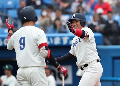 3回表法大2死、本塁打を放ち、笑顔でハイタッチする伊藤(右)(撮影者・大野祥一)