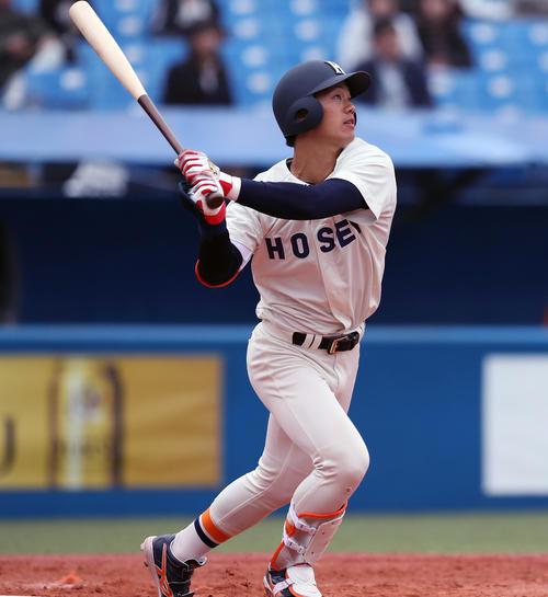 法大対東大 4回表法大、右越え3点本塁打を放つ福田(撮影者・大野祥一)