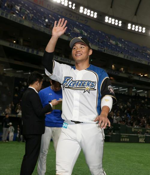 5日の日本ハム対西武 笑顔で球場を後にする日本ハム王柏融(撮影・佐藤翔太)
