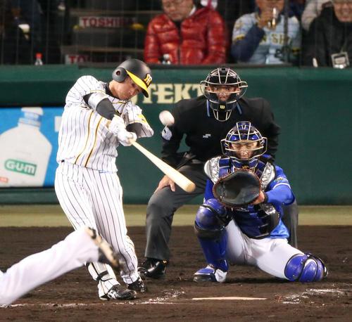 11日の阪神対DeNA 7回裏阪神無死、近本は右中間にプロ初本塁打を放つ(撮影・上山淳一)