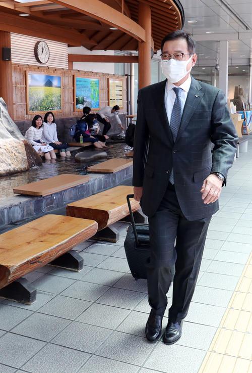 鹿児島空港に到着した巨人原監督(撮影・垰建太)