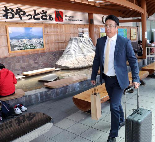 鹿児島空港に到着した巨人宮本コーチ(撮影・垰建太)