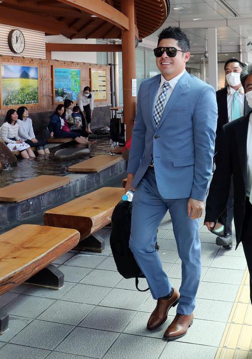 鹿児島空港に到着した巨人ビヤヌエバ(撮影・垰建太)