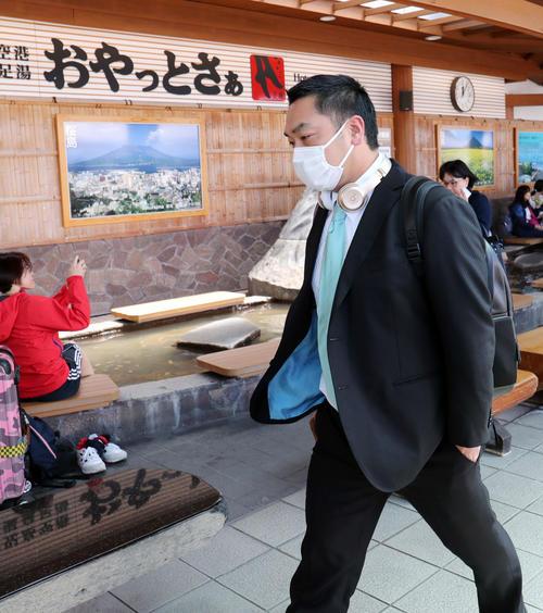 鹿児島空港に到着した巨人阿部(撮影・垰建太)