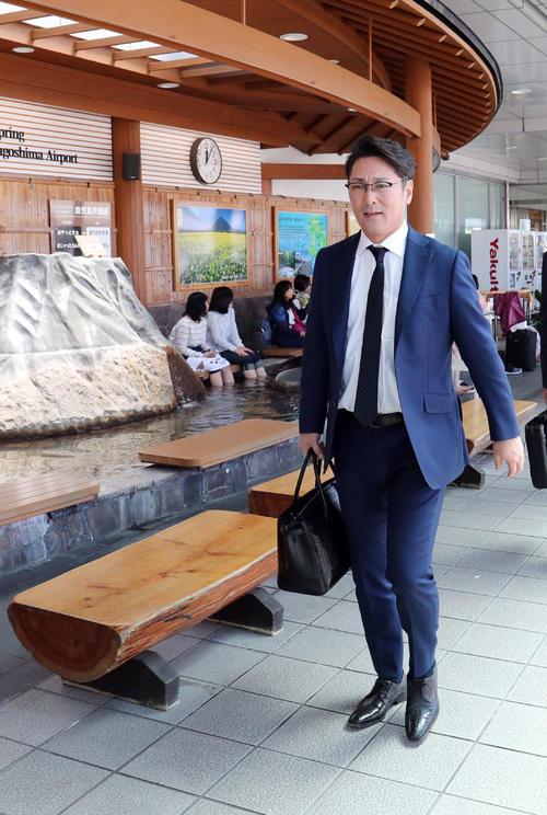 鹿児島空港に到着した巨人元木コーチ(撮影・垰建太)