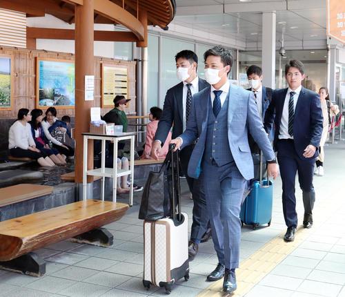 鹿児島空港に到着した、右から巨人高橋、石川、岡本(撮影・垰建太)