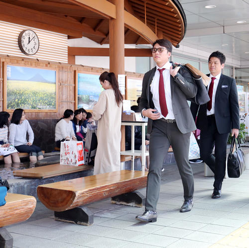 鹿児島空港に到着した巨人坂本勇(右から2人目)(撮影・垰建太)