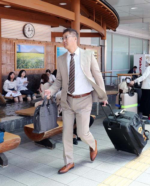 鹿児島空港に到着した巨人後藤コーチ(撮影・垰建太)