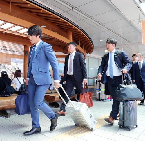 鹿児島空港に到着した巨人重信(左)と山本(撮影・垰建太)