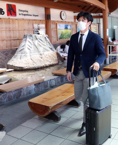 鹿児島空港に到着した巨人吉川光(撮影・垰建太)