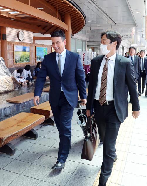 鹿児島空港に到着した巨人ターニー・コーチ(左)と鈴木コーチ(撮影・垰建太)