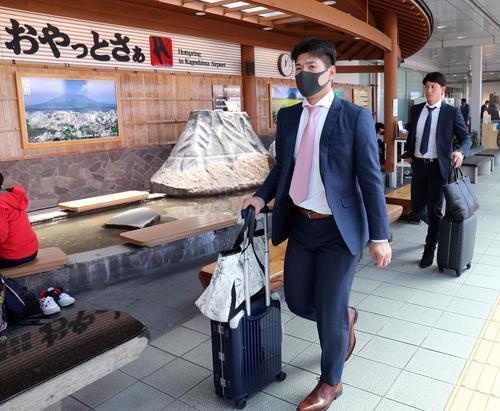 鹿児島空港に到着した巨人炭谷(左)と小林(撮影・垰建太)