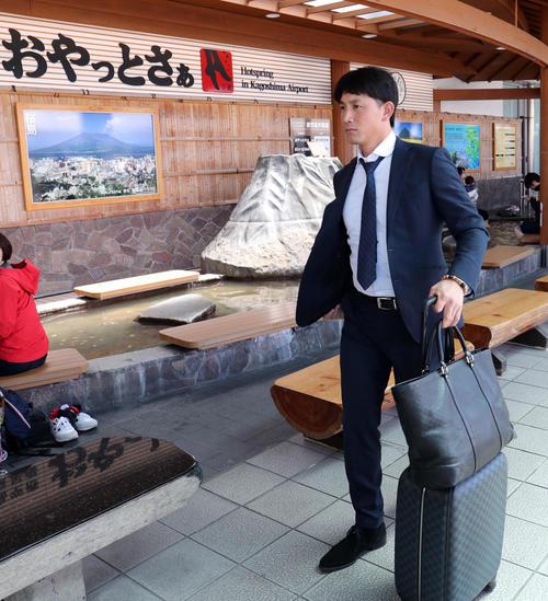 鹿児島空港に到着した巨人小林(撮影・垰建太)