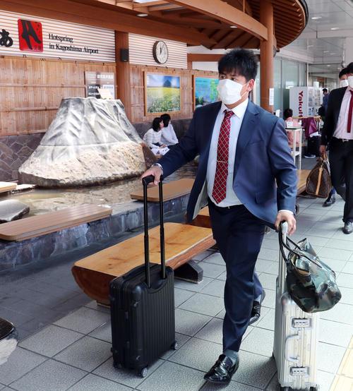 鹿児島空港に到着した巨人戸根(撮影・垰建太)