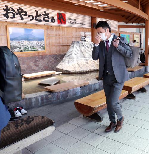 鹿児島空港に到着した巨人亀井(撮影・垰建太)