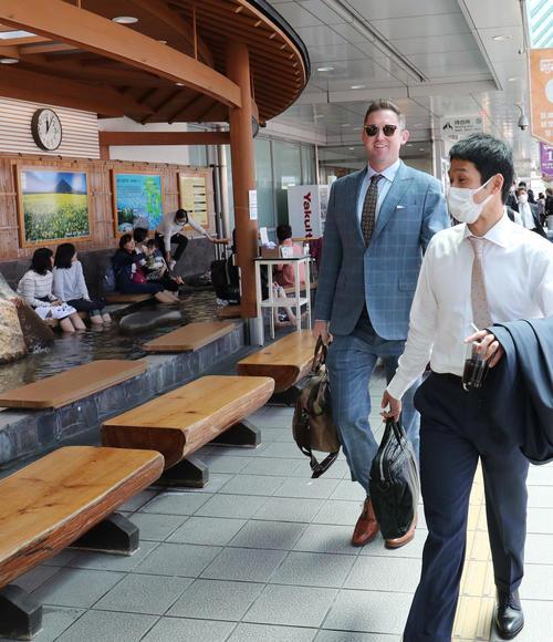鹿児島空港に到着した巨人クック(撮影・垰建太)