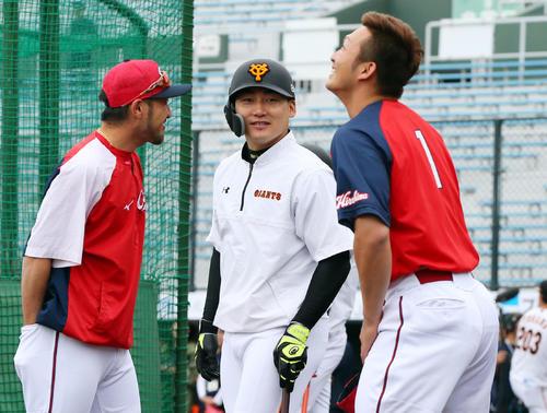 巨人対広島 試合前、巨人丸(中央)は広島菊池(左)と鈴木と談笑する(撮影・垰建太)