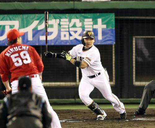 巨人対広島 6回裏巨人1死一、三塁、丸は中犠飛を放つ(撮影・松本俊)
