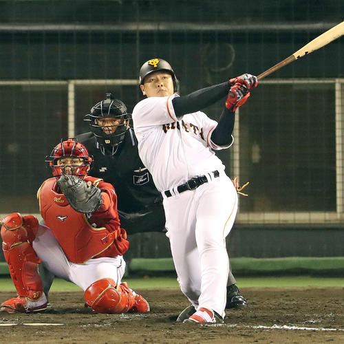 巨人対広島 7回裏巨人無死、岡本は左越えソロ本塁打を放つ(撮影・松本俊)