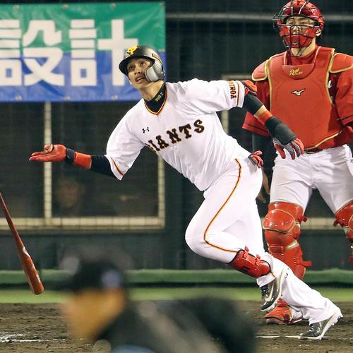 巨人対広島 7回裏巨人1死、陽岱鋼は右越えソロ本塁打を放つ(撮影・松本俊)