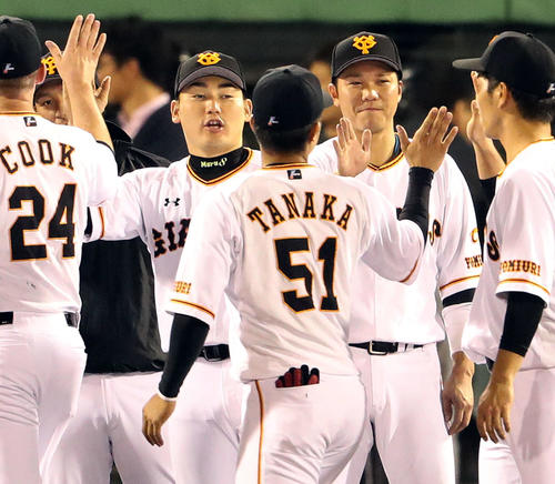 巨人対広島 勝利に貢献した坂本勇(右から2人目)と丸(同4人目)のサカマルコンビは笑顔でナインとハイタッチ(撮影・松本俊)