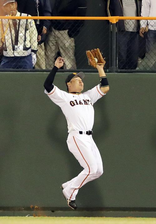 巨人対広島 7回表広島1死、田中の打球をフェンス際で好捕する丸(撮影・垰建太)
