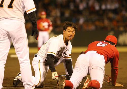 巨人対広島 6回裏巨人無死一塁、打者小林のとき広島菊池保が暴投、一塁から一気に三塁まで走る山本(撮影・梅根麻紀)