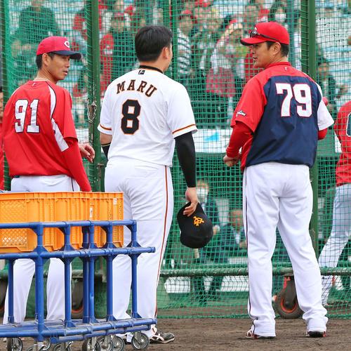 巨人対広島 試合前、巨人丸(中央)は広島緒方監督にあいさつする(撮影・垰建太)