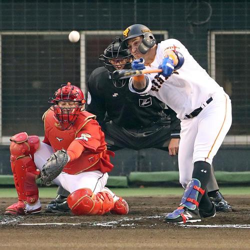 巨人対広島 1回裏巨人2死一、二塁、ゲレーロは先制左前適時打を放つ(撮影・松本俊)