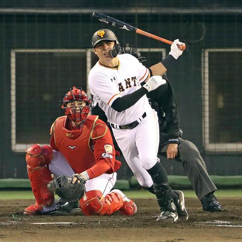巨人対広島 2回裏巨人2死一、三塁、ビヤヌエバは2点左適時二塁打を放つ(撮影・松本俊)
