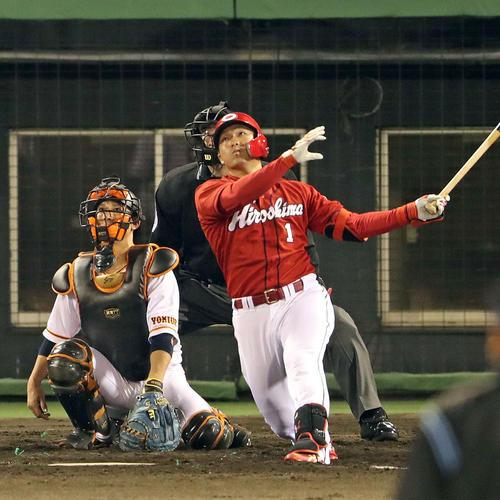 巨人対広島 4回表広島無死、鈴木は右越えソロ本塁打を放つ(撮影・松本俊)