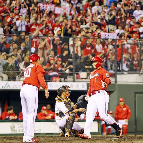 巨人対広島 4回表広島無死、ソロ本塁打を放った鈴木(右)は声援を送る広島ファンを背に生還する(撮影・垰建太)