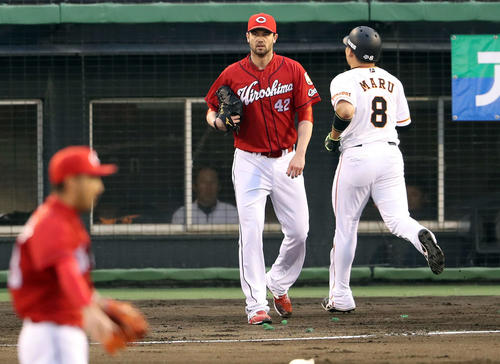 巨人対広島 1回裏巨人2死一、二塁、ジョンソン(中央)はゲレーロに先制左前適時打を浴び、生還した二塁走者丸の横でボールの行方を見つめる(撮影・松本俊)
