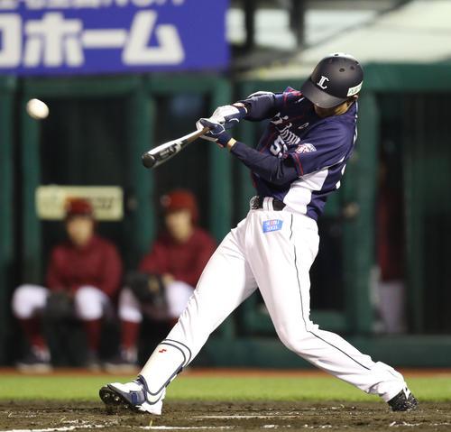 楽天対西武 3回表西武1死、秋山は先制の右越え本塁打を放つ(撮影・林敏行)