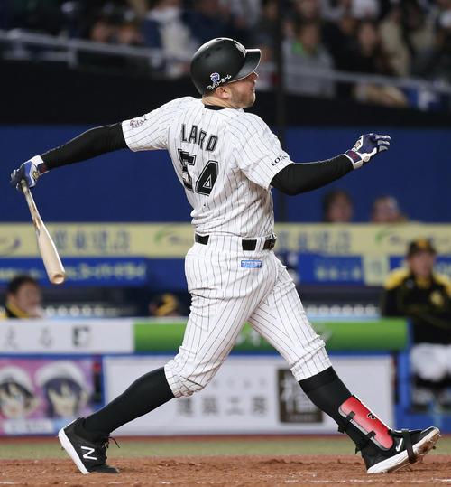 3回ロッテ2死、レアードが左中間に満塁本塁打を放つ(共同)
