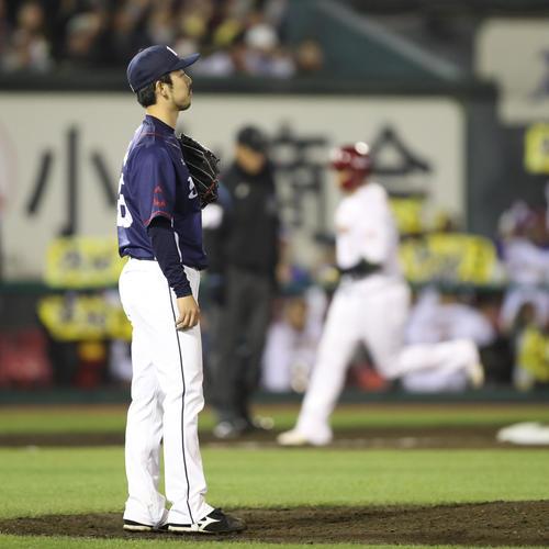 楽天対西武 5回裏楽天2死一、二塁、浅村に逆転の右越え3点本塁打を浴びた本田(撮影・林敏行)