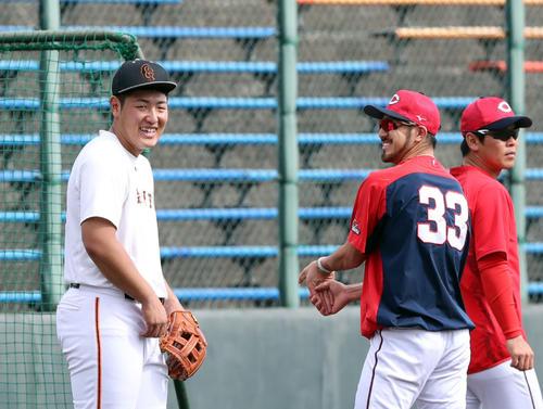 巨人対広島 試合前、談笑する巨人岡本(左)と広島菊池(撮影・垰建太)