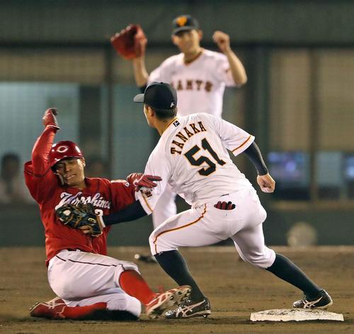 巨人対広島 5回表広島1死一塁、一塁走者田中広は二盗を試みるもタッチアウト。野手田中俊、後方はガッツポーズする高橋(撮影・松本俊)