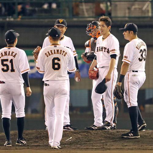 巨人対広島 6回表広島1死一塁、交代を告げられた先発の高橋(右から2人目)は内野陣からの声掛けに笑顔を見せる(撮影・松本俊)